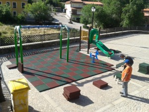 Instalando el nuevo parque infantil