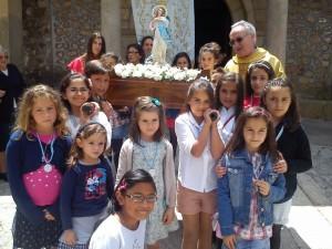 Niños y niñas preparados para la procesión con la Virgen a finales del Mayo de 2014